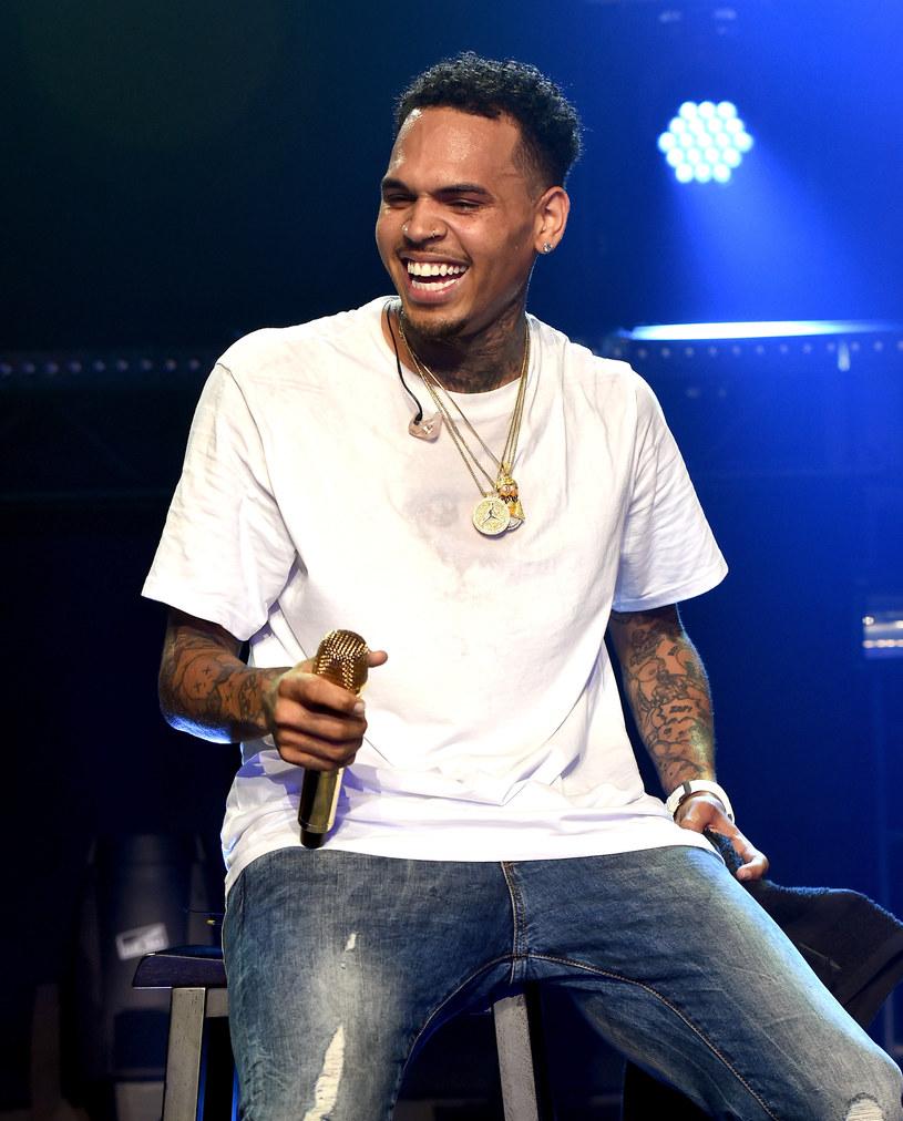 Chris Brown pochwalił się na Instagramie swoim nowym tatuażem i stał się obiektem kpin internautów. Tatuaż nie podoba się nawet matce jego dziecka.