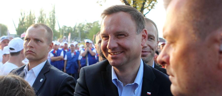 """""""Niestety Polska nie jest dziś krajem, o którym można by powiedzieć, że jest państwem sprawiedliwym, sprawiedliwym dla swoich obywateli, że jest państwem, w którym obywatele traktowani są równo"""" – stwierdził prezydent Andrzej Duda przed bramą główną Stoczni Szczecińskiej. W wystąpieniu na obchodach 35. rocznicy podpisania Porozumień Sierpniowych oraz powstania NSZZ """"Solidarność"""" dodał, że """"trzeba Polskę przywrócić na drogę rozwoju""""."""