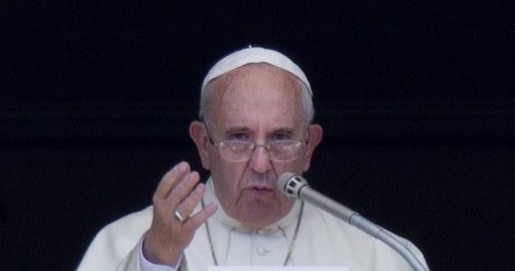"""Papież Franciszek zaapelował do społeczności międzynarodowej o współpracę, by nie dopuszczać do kolejnych dramatów imigrantów, którzy umierają w drodze do innych krajów. Wezwał też do działania w obronie prześladowanych na świecie chrześcijan. """"Te zbrodnie obrażają całą rodzinę ludzką"""" - powiedział papież"""