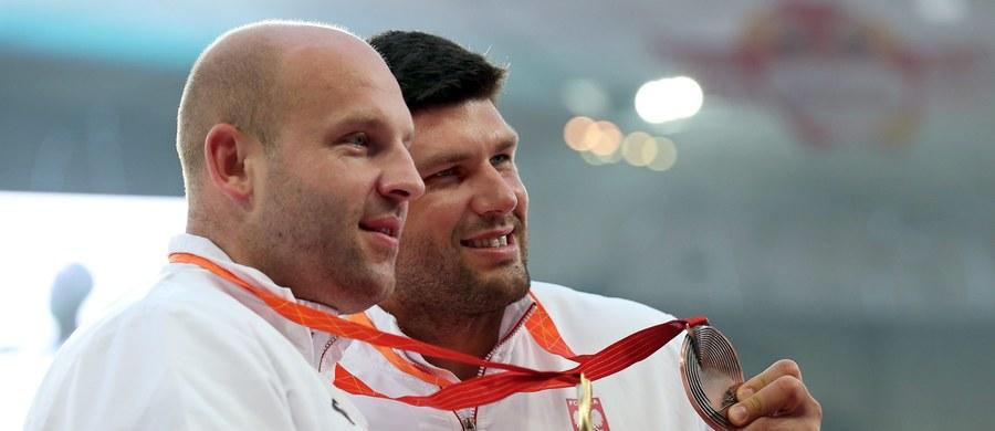 Polscy lekkoatleci zarobili w mistrzostwach świata w Pekinie - w przeliczeniu na złotówki - ponad 1,1 miliona. W biało-czerwonej ekipie najbardziej wzbogacili się złoci medaliści - Anita Włodarczyk i Paweł Fajdek (rzut młotem) oraz Piotr Małachowski (dysk). Wszyscy otrzymają czeki po 60 tys. dolarów.