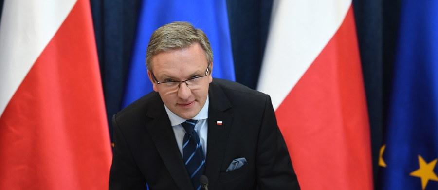 """""""Realna sytuacja Polaków jest taka, że wiele osób ma poczucie niesprawiedliwości. Trzeba coś z tym zrobić"""" – mówi w Kontrwywiadzie RMF FM minister w Kancelarii Prezydenta Krzysztof Szczerski pytany o słowa Andrzeja Dudy, który powiedział, że """"Polska nie jest dziś państwem sprawiedliwym"""".  """"To, co dziś PO mówi Polakom, to nawet Ludwik XVI nie mówił na gilotynie, kiedy go ścinano za to, że nie rozumie własnych obywateli"""" –ocenia. Zdaniem gościa RMF FM """"żeby wiedzieć w jaki sposób pracować dla Polski trzeba znać realną sytuację Polaków"""". Dodaje, że rząd bardzo kibicował temu, żeby Andrzejowi Dudzie nie udało się zrealizować polskich interesów w Berlinie. Spotkanie prezydenta z premier? """"Nastąpi bez zbędnej zwłoki"""" - odpowiada. """"Dziś nie ma zbędnej zwłoki w tej sprawie"""" – dodaje. """"Jeżeli pani premier średnio 2 razy w tygodniu chce się radzić prezydenta w różnych sprawach, to niech da szansę, żeby być zaproszoną na spotkanie"""" – mówi Krzysztof Szczerski."""