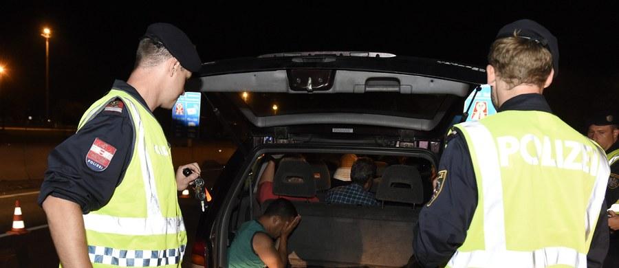 Pięciu przemytników ludzi zatrzymano w Austrii po zaostrzeniu na granicach kontroli pojazdów, które mogłyby przewozić nielegalnych imigrantów. Poinformowały o tym austriackie władze. Kontrole rozpoczęto wczoraj wieczorem.