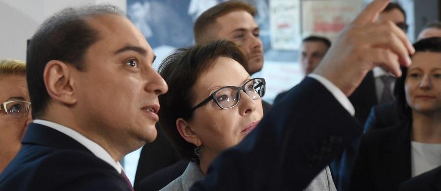 """Ostra odpowiedź Ewy Kopacz na słowa prezydenta. Andrzej Duda stwierdził wczoraj, że Polska nie jest państwem sprawiedliwym. """"Czuję się zażenowana"""" - skomentowała te słowa szefowa rządu. Jak podkreśliła, o Polsce trzeba mówić zawsze jak najlepiej, zwłaszcza poza jej granicami."""