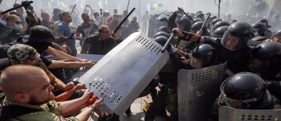 Krwawe zamieszki przed parlamentem Ukrainy w Kijowie. Od ran odniesionych podczas starć zmarł żołnierz Gwardii Narodowej. Ukraińskie MSW podało ponadto, że rannych zostało ponad 100 wojskowych i milicjantów, a stan czterech osób jest ciężki. Starcia wybuchły po tym, jak deputowani uchwalili w pierwszym czytaniu zmiany w konstytucji, przewidujące szeroką decentralizację władzy w państwie.