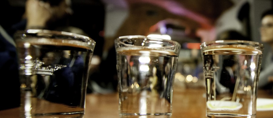 """Zdecydowanie mniej palimy, spożywamy za to więcej mleka i jego przetworów, jemy też więcej cukru - tak wynika z danych, które opublikował Główny Urząd Statystyczny. Co więcej, w zeszłym roku średnio mieszkaniec Polski wypił ponad 3 litry """"wódek, likierów i innych napojów alkoholowych"""". Dziewięć lat wcześniej było to 2,5 litra."""