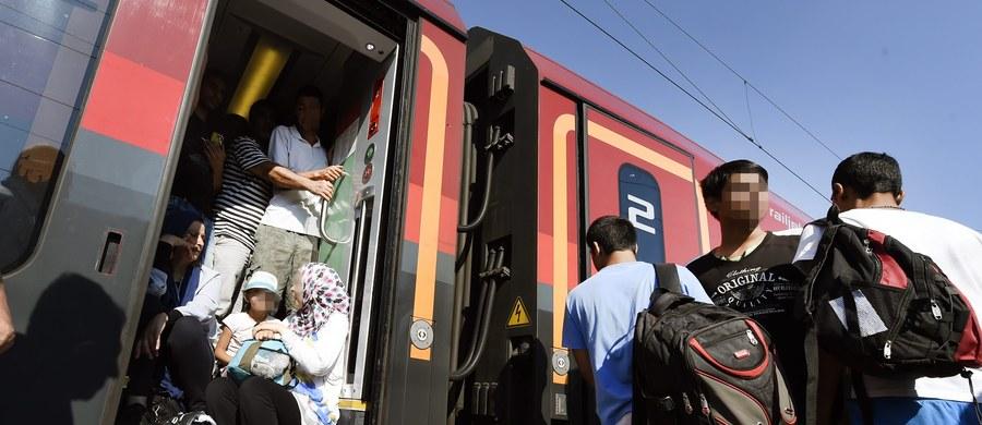 Cztery pociągi z uchodźcami, który oczekiwały kilka godzin na granicy węgiersko-austriackiej w Hegyeshalom, odjechały po południu w kierunku Wiednia - poinformowali agencję Reutera świadkowie. Austriackie koleje tłumaczyły wcześniej, że odmówiły przyjęcia jednego z pociągów z Budapesztu, ponieważ, jak wyjaśniono, był on przeładowany. Zwrócono się do węgierskiej policji o pomoc w wyprowadzeniu z pociągu części pasażerów. Grupa podróżnych opuściła pociąg.
