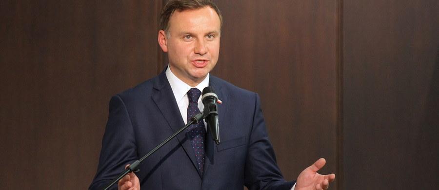 """""""Wtedy kiedy mówię o odbudowie Rzeczypospolitej, myślę także o odbudowaniu godności, tam gdzie ostatnio jej tak mało, tak mało jej poczucia"""" - powiedział Andrzej Duda na spotkaniu w sali BHP Stoczni Gdańskiej. Powiedział też, że władza w Polsce powinna rozumieć, co to znaczy solidarność."""