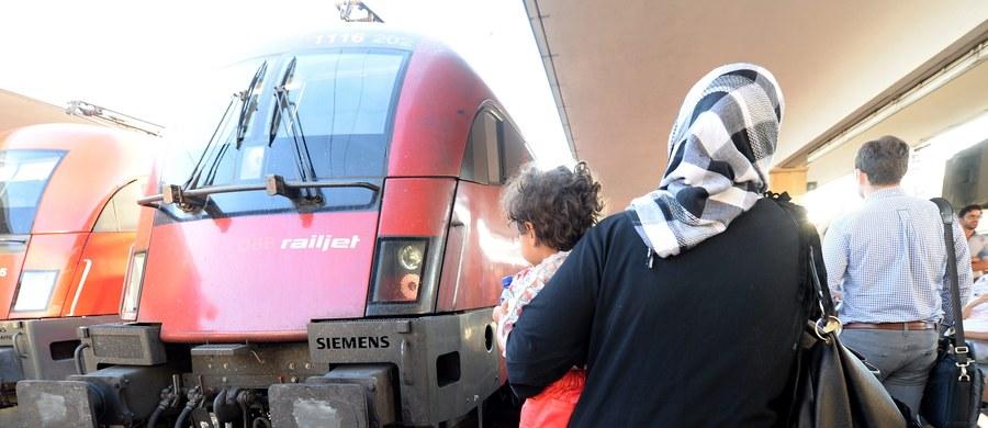 Setki imigrantów, jadących pociągami z Budapesztu, wieczorem przybyły na dworzec zachodni w Wiedniu, gdzie kierowały się do pociągów jadących do Niemiec. Wcześniej co najmniej jeden pociąg stał kilka godzin na granicy węgiersko-austriackiej.