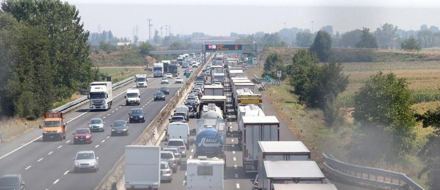 Zagraniczni kierowcy we Włoszech uchylają się od płacenia za przejazd autostradą - wynika z przedstawionych danych. W ciągu 4 lat liczba takich przypadków wzrosła o blisko 30 procent. Kierowcy nie powinni jednak czuć się bezkarni - podkreśla zarząd autostrad.