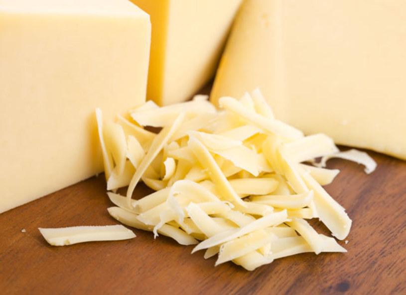 Ser żółty spożywany w odpowiednich ilościach nie tylko nie zaszkodzi, ale będzie idealnym źródłem wapnia oraz witamin rozpuszczanych w tłuszczach tj. A i D. Dzienna dawka sera jaka na pewno nam nie zaszkodzi, to ok. dwóch plastrów. Dla osób pozostających na diecie najlepsze będą sery odtłuszczone.