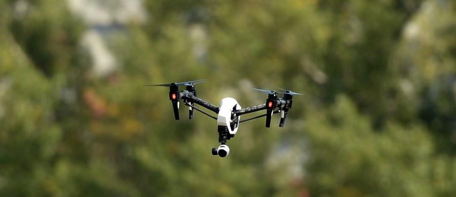 Dron, który kilka tygodni temu niedaleko lotniska Chopina w Warszawie przeleciał tuż obok samolotu Lufthansy, w końcu zostanie zbadany przez eksperta - dowiedział się reporter RMF FM Grzegorz Kwolek. Policjanci w Piasecznie przekazali urządzenie do zbadania.