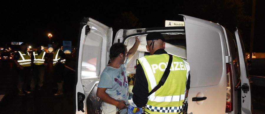 Austriacka policja zatrzymała w Wiedniu ciężarówkę z 24 młodymi Afgańczykami - poinformowała w nocy austriacka agencja APA. Uchodźcy byli stłoczeni na bardzo małej przestrzeni i sami nie mieli żadnej możliwości opuszczenia pojazdu.