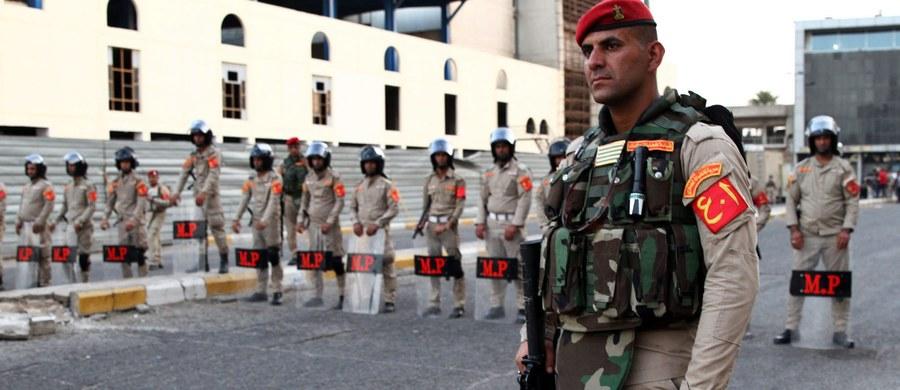 Osiemnastu tureckich robotników i inżynierów uprowadzono w Bagdadzie - poinformował wicepremier Turcji Numan Kurtulmus. Turków porwali zamaskowani sprawcy, którzy zaatakowali kampery na placu budowy; porwanych wywieziono samochodami typu SUV.