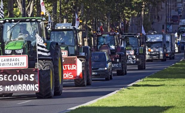 Blisko 2 tysiące traktorów dojechało do Paryża, by zablokować stołeczną obwodnicę i część ważnych ulic. Ma to sparaliżować ruch we francuskiej stolicy i spowodować gigantyczne korki. Rolnicy robią to, by sprzeciwić się wysokim podatkom i niskim cenom na swoje produkty.