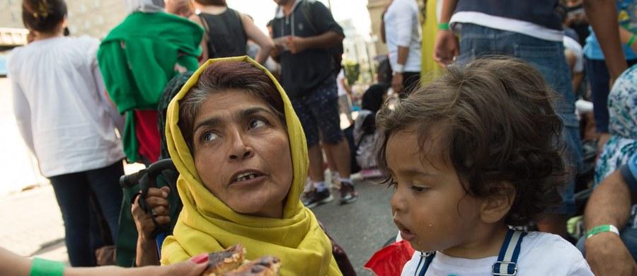 """212 Syryjczyków otrzymało w tym roku azyl w Wielkiej Brytanii. Można by ich zmieść w dwóch wagonach pociągu. Jednego pociągu. A jest ich wiele. Ruszają z południa Europy w kierunku bezpiecznego życia. Sceny rozgrywające się na przystankach: Grecja, Włochy, Węgry i Niemcy wypełniają główne wydania serwisów informacyjnych. W obawie przed niepohamowanym przepływem uchodźców Europa """"bez granic"""" zaczęła wprowadzać kontrole graniczne. Wprawdzie na razie tylko na niektórych przejściach, niemniej układ z Schengen się sypie. Wielka Brytania go nie podpisała, ale dziś to nie powód do dumy. Jak zauważa wielu komentatorów, czas zacząć się wstydzić za wielkie słowa o konieczności pokoju na Bliskim Wschodzie i za niewielkie czyny."""