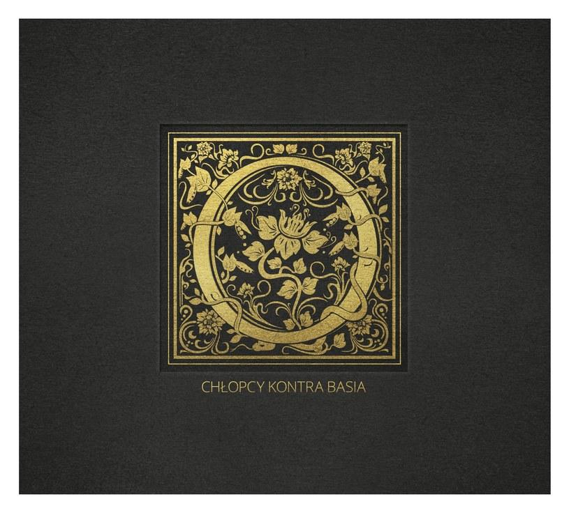 """Tylko na stronach Interii możecie przedpremierowo posłuchać drugiego albumu studyjnego grupy Chłopcy Kontra Basia - """"O"""" (płyta do sklepów trafi 11 września). Dodatkowo kilka słów na temat piosenek postanowiła dodać od siebie wokalistka formacji - Barbara Derlak."""