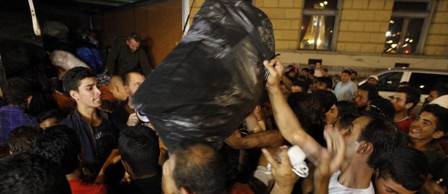 Imigranci, którzy pozostają na dworcu kolejowym Keleti w Budapeszcie, zaczynają zbierać swoje rzeczy i chcą iść na piechotę do odległego o 240 km Wiednia - relacjonuje agencja Associated Press.