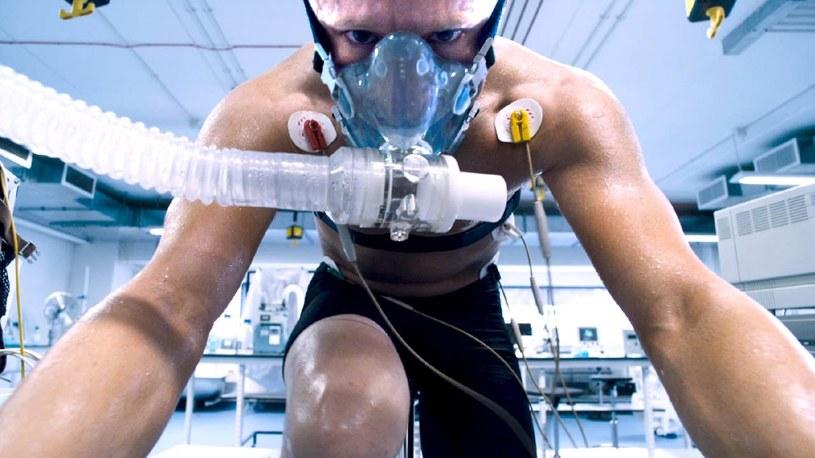 """Miał wszystko. Sławę. Pieniądze. Miłość. Był niekwestionowanym mistrzem kolarstwa, w rekordowym tempie pokonywał kolejne odcinki morderczych tras Tour de France. Pokonał też raka. I wrócił na trasy wyścigów kolarskich. Światem sportu tąpnęło, kiedy okazało się, że wszystkie jego sportowe dokonania, łącznie z wielkim powrotem na szczyt kariery po walce z chorobą, to wynik świadomego używania środków dopingujących. Lance Armstrong jest bohaterem thrillera """"Strategia mistrza""""."""
