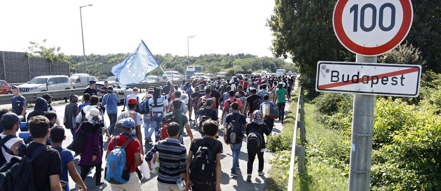 Setki uchodźców, którzy wyruszyli dziś pieszo z budapeszteńskiego dworca Keleti do Wiednia, przedarły się po południu przez policyjną barykadę i kontynuują marsz autostradą prowadzącą do austriackiej stolicy. Zdecydowali się iść pieszo, bowiem władze nie zezwoliły im na przejazd pociągami. To głównie rodziny z Syrii i Afganistanu.