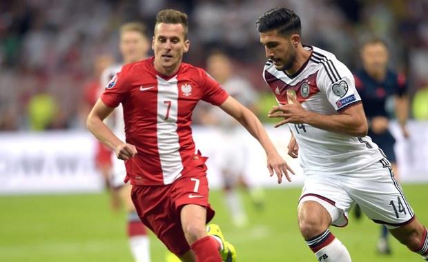 Polscy piłkarze przegrali z Niemcami 1:3 w meczu eliminacji Euro 2016. Wynik spotkania otworzył w 12. minucie Thomas Mueller, a kilka minut później podwyższył Mario Goetze. Kontaktową bramkę dla biało-czerwonych strzelił jeszcze przed przerwą Robert Lewandowski, ale w 82. minucie drugie trafienie zapisał na swoim koncie Goetze. Zobaczcie zapis naszej relacji na żywo!