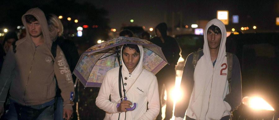 """""""Węgry, o ile parlament uchwali rządową propozycję, rozmieszczą siły policyjne wzdłuż swojej południowej granicy po 15 września, aby opanować napływ uchodźców"""" - zapowiedział premier Viktor Orban. Dziś rząd węgierski podstawił 102 autokary dla około 4500 uchodźców koczujących od kilku dni na dworcu kolejowym Keleti w Budapeszcie i tych, którzy wyruszyli na piechotę, by zawieźć ich na granicę z Austrią. Ta ułatwia uchodźcom dalszą podróż w kierunku Niemiec."""