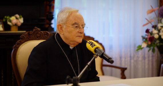"""""""Jeżeli te tendencje się nie zmienią, to Europa będzie muzułmańska, to nie ulega wątpliwości"""" - mówi Gość Krzysztofa Ziemca w RMF FM arcybiskup Henryk Hoser pytany o to, czy napływ uchodźców zmieni Europę. """"To jest problem, który Polski nie ominie"""" - ocenia gość RMF FM. Abp Hoser dodaje, że """"nowi muzułmanie będą skazani na swego rodzaju gettoizację i tego trzeba uniknąć"""". """"W tych krajach, gdzie jest wielka diaspora uchodźców muzułmańskich są też ich rodziny, znajomi, więc to jest bez porównania łatwiej, niż w Polsce, gdzie tych czynników nie ma"""" - mówi arcybiskup."""