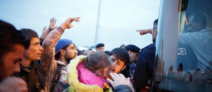 Ok. 1500 uchodźców przybyło na granicę węgiersko-austriacką około północy. Od tego czasu nie zaobserwowano kolejnej fali uchodźców - poinformowała austriacka policja nad ranem. Ci uchodźcy zostali przetransportowani autobusami z przygranicznego Nickelsdorfu i umieszczeni w kwaterach.