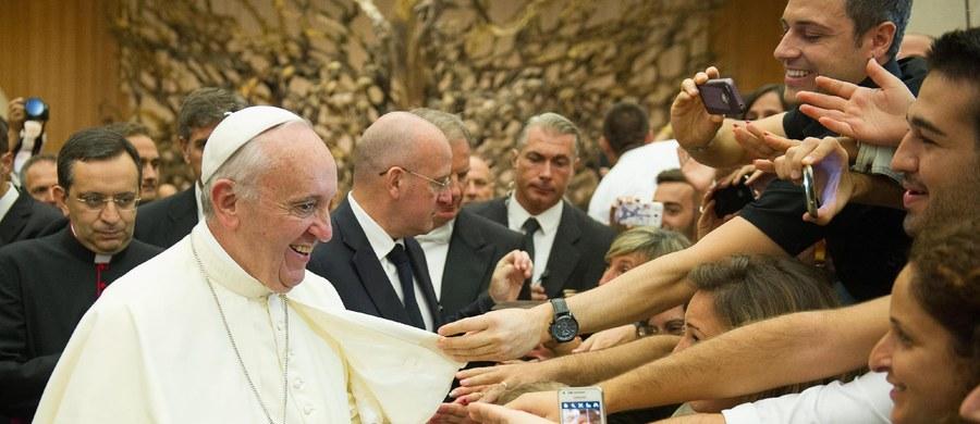 W związku z kryzysem imigracyjnym papież Franciszek zaapelował do wszystkich parafii, wspólnot religijnych, klasztorów i sanktuariów w całej Europie o przyjęcie uchodźców. Podczas spotkania z wiernymi na modlitwie Anioł Pański ogłosił, że uchodźcy zostaną też przyjęci w Watykanie.