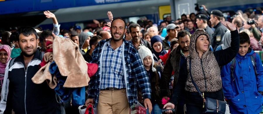 """""""Uchodźcy to szansa także dla Polski"""" – mówią eksperci do spraw migracji. Ale jednocześnie dodają, że """"musimy od razu integrować obcokrajowców, aby nie zostawiać ich tylko na pastwę urzędów""""."""