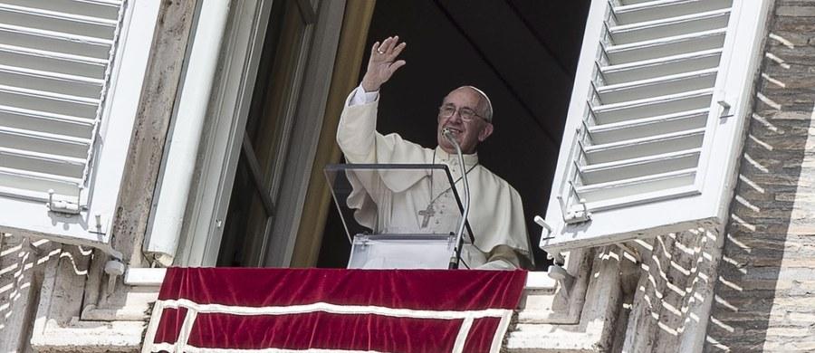 Dwie rodziny uchodźców, które zostaną przyjęte w Watykanie, zamieszkają blisko papieża. Archiprezbiter bazyliki św. Piotra kardynał Angelo Comastri poinformował, że natychmiast po apelu Franciszka rozpoczęto poszukiwania miejsc dla przybyszów.