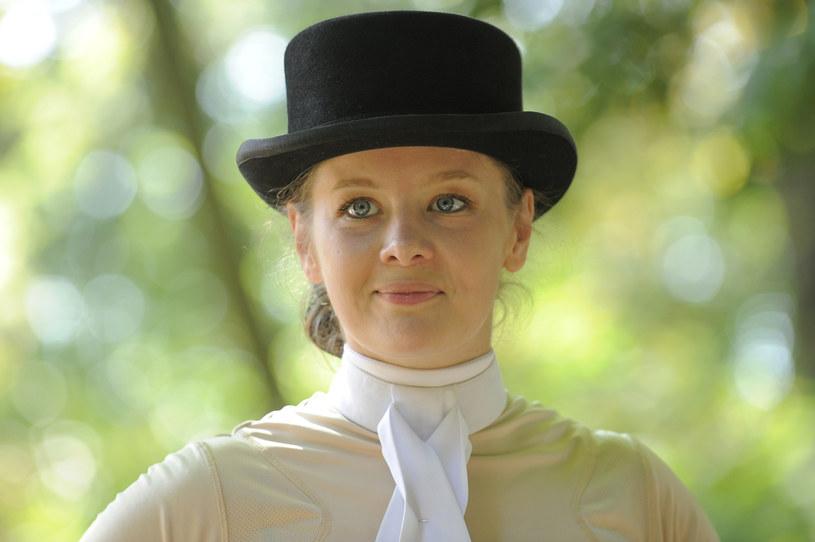 """Anna Powierza, której dużą popularność przyniosła rola serialowej Czesi w """"Klanie"""", wyznała, że jest zapalonym fanem koni i jeździectwa. """"Moja mama śmieje się nawet, że pierwszym słowem, które wypowiedziałam nie było mama czy tata, tylko koń"""" - żartuje aktorka."""