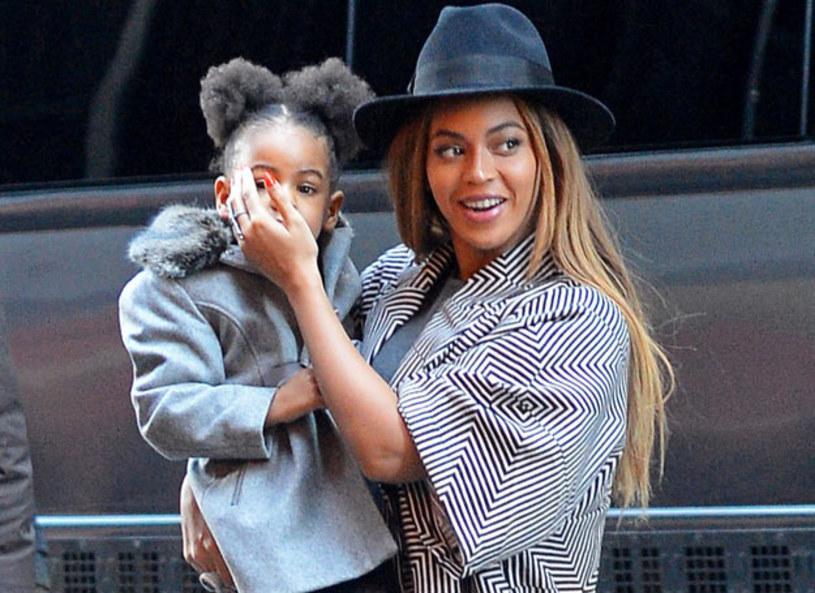 """Trzylatka wręczyła mamie uroczą kartkę, na której napisała """"#1 mama"""". Był to prezent z okazji 34. urodzin gwiazdy, które obchodziła w piątek 04 września 2015."""