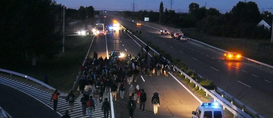 Kilkuset uchodźców przerwało swój marsz w kierunku Budapesztu i autobusami powróciło do ośrodka rejestracyjnego dla imigrantów w miejscowości Roeszke w pobliżu granicy z Serbią - poinformowała węgierska stacja HirTV. Po południu uchodźcy przełamali kordon policyjny wokół ośrodka i po starciach z siłami porządkowymi przedostali się przez pola na autostradę M5 Belgrad-Budapeszt, którą ruszyli na północ w kierunku stolicy Węgier.
