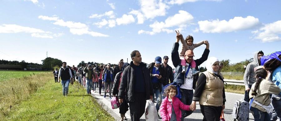 """Najpierw przyjmiemy tysiące uchodźców – później zgłoszą się miliony! Przed takim scenariuszem ostrzega francuska prasa. Dziennik """"Liberation"""" sugeruje, że już w tej chwili liczba uchodźców, którą chcą dodatkowo przyjąć różne kraje Unii Europejskiej, jest śmiesznie niska wobec tego, co czeka nasz kontynent w najbliższej przyszłości."""