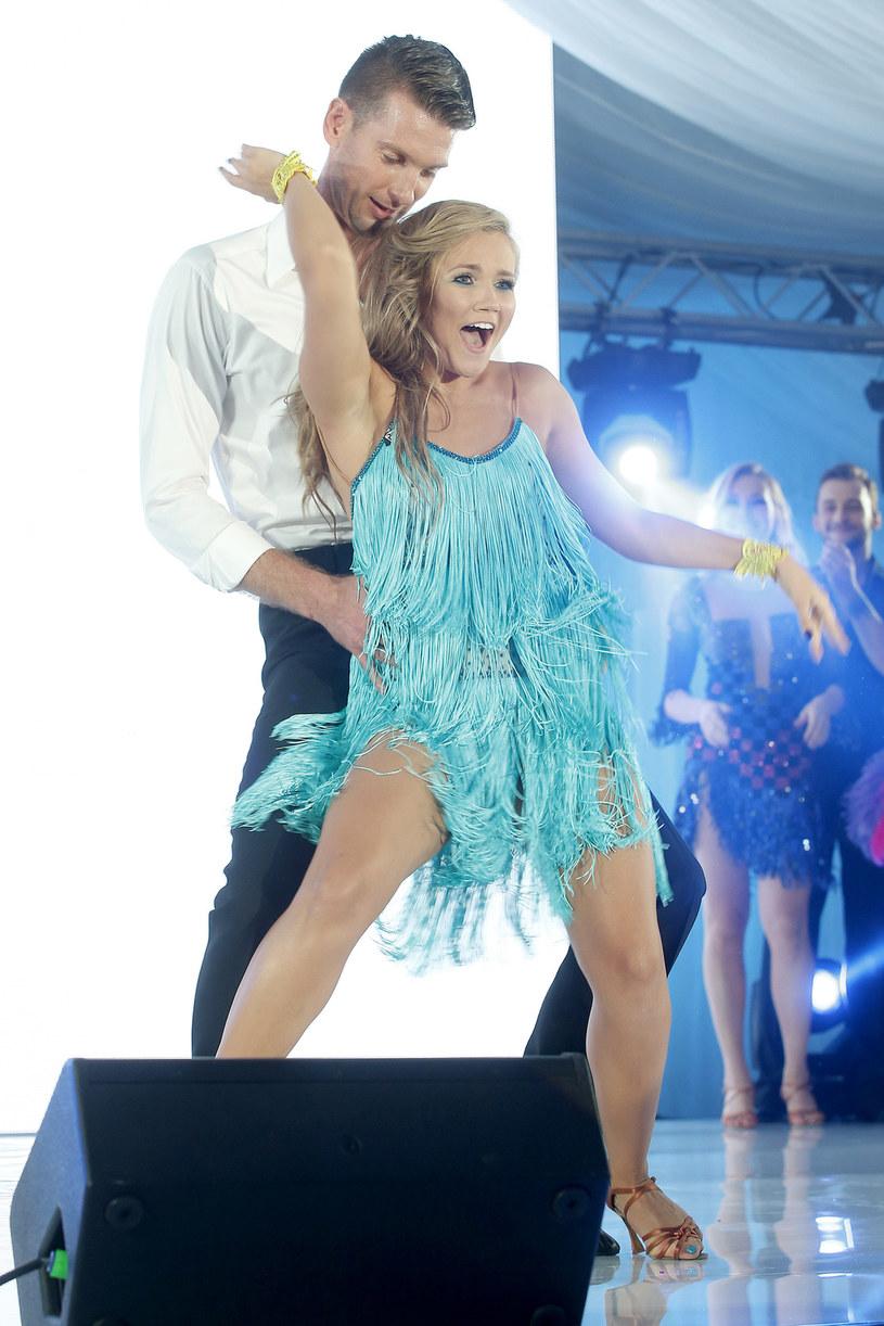 """Ta edycja """"Tańca z Gwiazdami"""" to wyzwanie, ale ja je lubię - mówi Agnieszka Kaczorowska. Tancerka zapewnia, że bardzo dobrze pracuje jej się z Łukaszem Kadziewiczem, choć jej zadanie utrudnia duża różnica wzrostu. Siatkarz jest od niej wyższy o prawie pół metra. Kaczorowska twierdzi, że nie Kryształowa Kula jest jej celem, ale przekazanie tanecznej pasji swojemu partnerowi."""