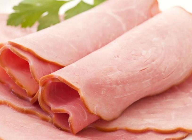 Anna Jelonek, dietetyk przypomina, a zwracać szczególną uwagę na etykiety, jeśli mięso takowej nie posiada, sprzedawca ma obowiązek udzielić nam szczegółowych informacji na temat składu mięsa dostępnego w sklepie. Dietety radzi, aby nie wybierać szynki, która jest nadmiernie różowa i intensywnie pachnąca. Możemy być pewni, że jest ona nafaszerowana chemią i nie ma nic wspólnego z wyrobem wysokiej klasy.