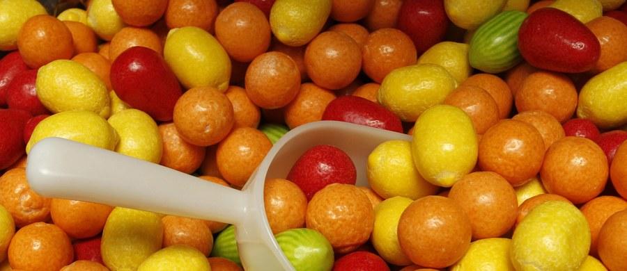 Jak będziesz grzeczny, dostaniesz batonika – tak często dorośli mówią do dzieci. To błąd – mówi psycholog Sylwia Żbik-Weiss, bo słodycze, chipsy i inne niezdrowe rzeczy najmłodsi postrzegają jako nagrodę. Śmieciowym jedzeniem często też zajadamy trudne emocje.