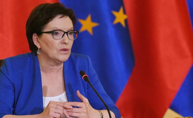 """Stanowisko Polski ws. uchodźców powinno zostać wypracowane wspólnie - powiedziała Ewa Kopacz na spotkaniu ws. kryzysu migracyjnego, w którym - mimo zaproszenia - nie uczestniczyli liderzy opozycji. Premier przekonywała również, że wezwanie Polski do solidarności ws. uchodźców to nie szantaż. """"To nie jest szantaż z jakiejkolwiek strony, to jest nasza własna, trzeźwa ocena sytuacji"""" - mówiła."""