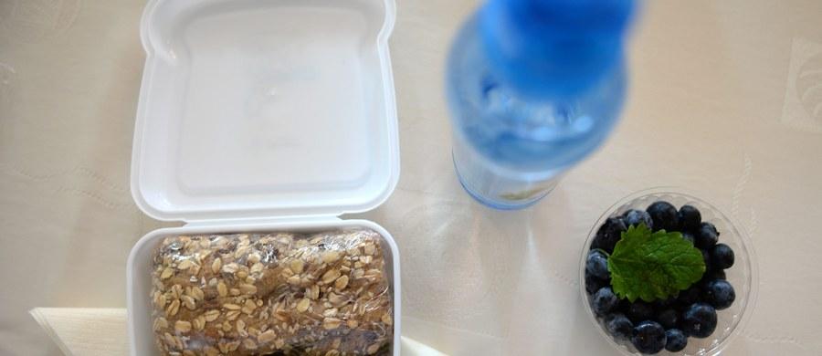 Dawno już żadna decyzja władzy nie spotkała się z tak powszechną akceptacją, jak niedawne rozporządzenie Ministerstwa Zdrowia w sprawie zaostrzenia przepisów ustawy o bezpieczeństwie żywności i żywienia, na mocy której w polskich szkołach nie będzie już można sprzedawać tzw. śmieciowego jedzenia.
