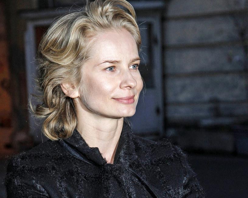 """Rozpoczęły się przygotowania do zdjęć ekranizacji bestsellerowej powieści Joanny Bator """"Ciemno, prawie noc"""", uhonorowanej w 2013 roku Nagrodą """"Nike"""". Reżyserem filmu będzie Borys Lankosz, twórca wielokrotnie nagradzanego """"Rewersu"""" i """"Ziarna prawdy"""". Główną rolę zagra Magdalena Cielecka."""