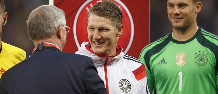 Manchester United zapłacił za Bastiana Schweinsteigera tylko… 6,5 mln funtów - poinformowały brytyjskie media, powołując się na oświadczenie pierwszego klubu niemieckiego piłkarza, TSV 1860 Rosenheim. 31-letni zawodnik latem przeniósł się do angielskiego klubu z Bayernu Monachium, z którym był związany przez 17 lat.