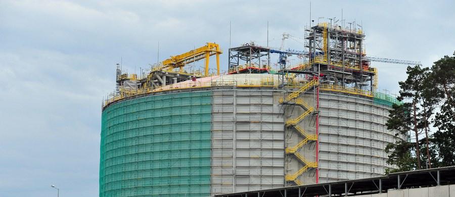 Budowa gazoportu w Świnoujściu nie zakończy się we wrześniu – jak to oznajmiła na forum ekonomicznym w Krynicy premier Ewa Kopacz, a 8 miesięcy później. Mówi o tym jasno poprzedzony miesiącami negocjacji aneks do umowy na budowę terminalu. Dokument wskazuje, że gazoport zacznie działać 31 maja 2016 roku.