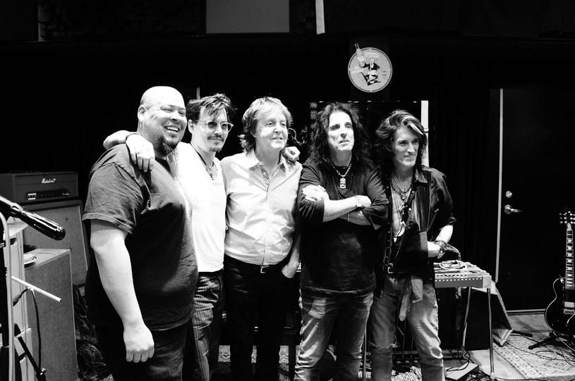 18 września ukaże się debiutancki album supergrupy Hollywood Vampires, powołanej do życia przez Alice'a Coopera i aktora Johnny'ego Deppa, którzy zaprosili gitarzystę Aerosmith Joe Perry'ego. Na płycie nie zabraknie licznych gwiazd rocka, od Paula McCartneya po Dave'a Grohla.