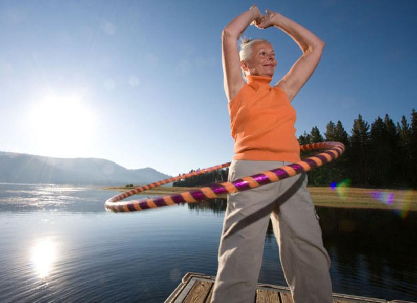 """Hula-hoop przeżywa kompletną rewolucję. Obecnie do ćwiczeń używane są zupełnie inne, profesjonalne kółka. W zależności od intensywności """"hulania"""" w ciągu godziny możemy spalić od 160 do nawet ponad 500 kalorii."""