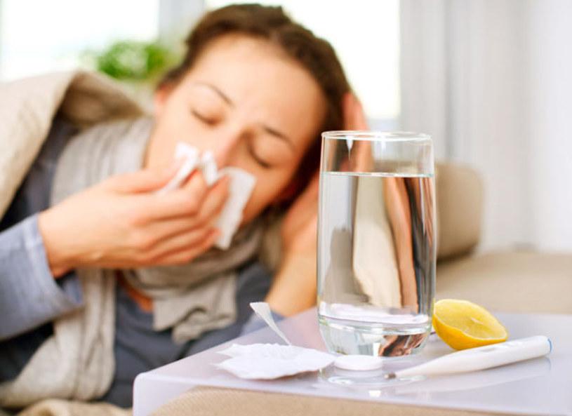 Grypa to ostra choroba zakaźna układu oddechowego, która przenosi się drogą kropelkową. Kto powinien zaszczepić się przeciwko grypie? - Osoby z chorobami przewlekłymi, małe dzieci, które ciężko przechodzą chorobę, każdy kto zamierza przejść operację oraz kobiety, które planują ciążę - wyjaśniła lekarz, Katarzyna Gorzelak-Kostrzewska. Jakie są powikłania po grypie i jak ją rozpoznać?