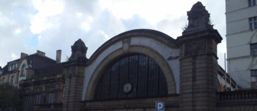 Stary zabytkowy dworzec w samym sercu Katowic sprzedany! Kompleks budynków kupiła - na komorniczej licytacji za cenę wywoławczą, czyli niespełna 7,5 mln złotych - spółka Maximum z Katowic, która zajmuje się nieruchomościami.