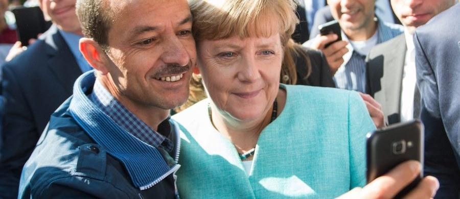 """Kanclerz Niemiec Angela Merkel odwiedziła dziś filę Urzędu ds. Imigrantów i Uchodźców w Berlinie, ośrodek dla azylantów oraz szkołę, w której utworzono klasę dla dzieci niemówiących po niemiecku. """"Każdy interesant traktowany jest z należytą powagą"""" - zaznaczyła Merkel, przyznając, że rozpatrywanie wniosków o azyl trwa zbyt długo."""