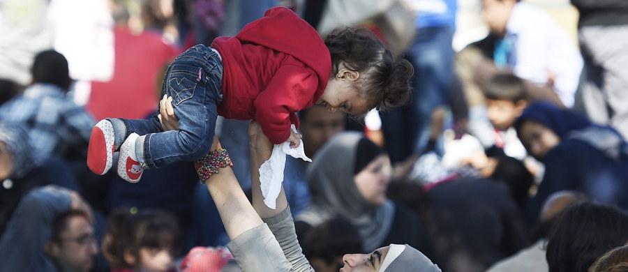 """Episkopaty krajów członkowskich UE poparły plan przewodniczącego Komisji Europejskiej Jean-Claude'a Junckera w sprawie obowiązkowego rozmieszczenia uchodźców we wszystkich państwach unijnych - pisze dziennik """"L'Osservatore Romano"""". Plan KE przewiduje rozdzielenie między państwa Unii 160 tysięcy uchodźców według ustalonych kwot oraz przyjęcie w UE stałego mechanizmu relokacji."""