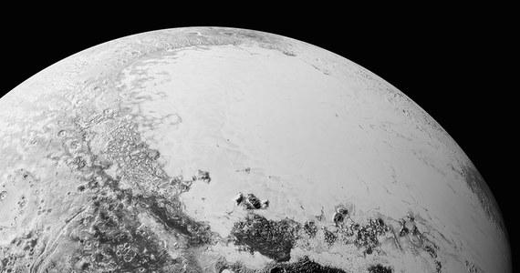 NASA publikuje kolejną porcję zdjęć Plutona przesłanych na Ziemię przez sondę New Horizons po lipcowym przelocie obok tej planety karłowatej i jej księżyców. Pokazują one różnorodność i poziom skomplikowania form powierzchni, które zadziwiają naukowców. Obrazy przesłane przez sondę w miniony weekend zwiększyły ponad dwukrotnie obszar Plutona widoczny w rozdzielczości około 400 metrów na piksel.