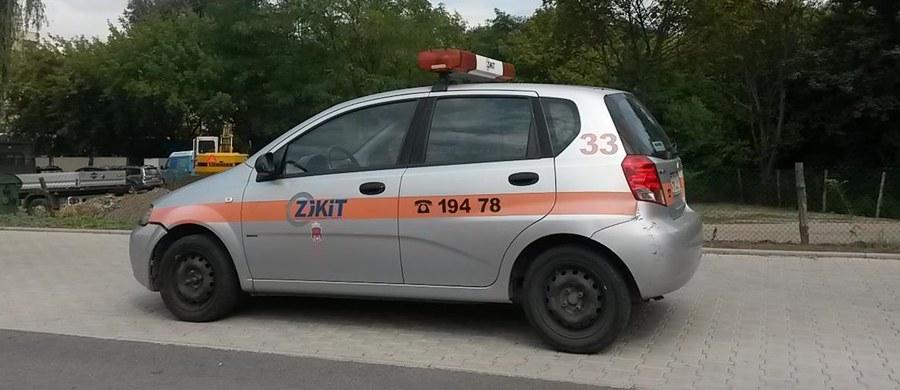 Krakowscy urzędnicy wykorzystują swoje uprawnienia w sposób… bezprawny. Pracownicy Zarządu Infrastruktury Komunalnej i Transportu parkują samochody służbowe na chodnikach i trawnikach. Mogą to zrobić, ale z uruchomioną sygnalizacją świetlną, a tej w tym przypadku – nie było.